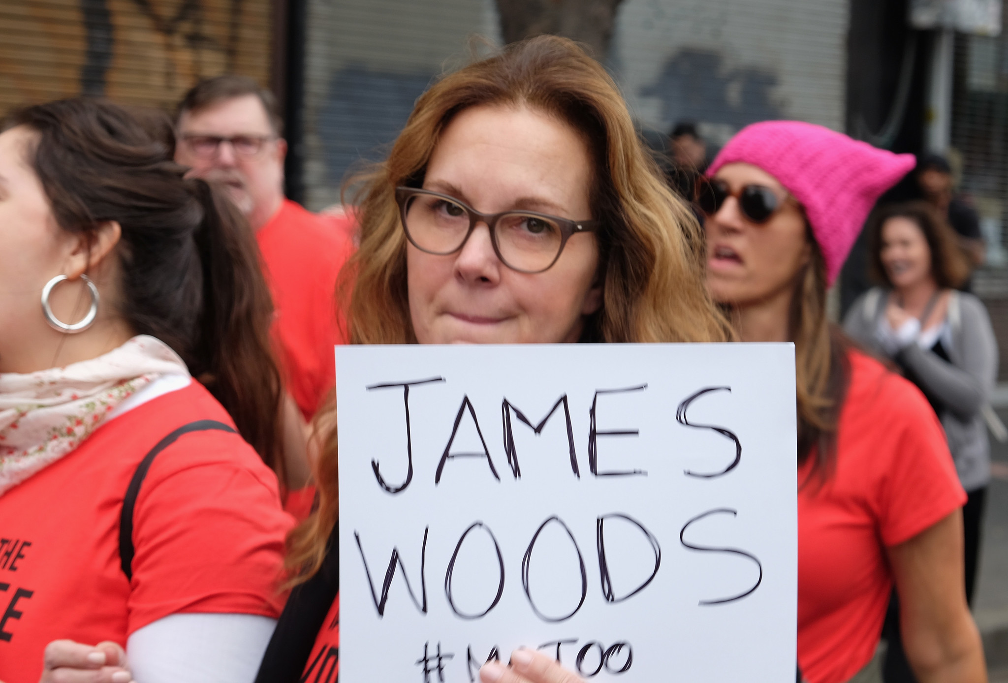 Elizabeth Perkins with sign identifying James Woods